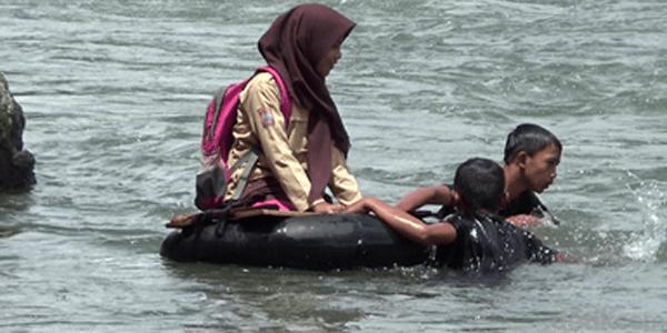 Bikin Baper, Demi Sekolah Mereka Rela Berenang atau Gantian Naik Ban