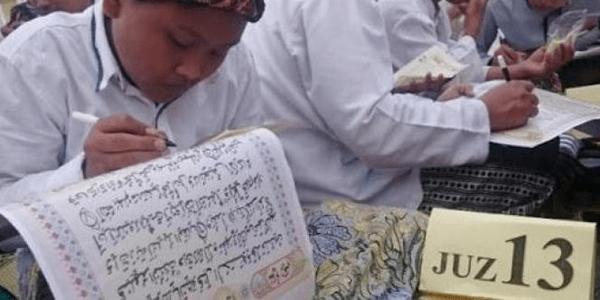 Waktu Kurang Lima Menit Sejumlah Santri Khatam Nulis Quran dengan Tangan