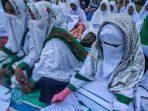 Santri Cilik Ikuti Zikir Pantai d Aceh Utara