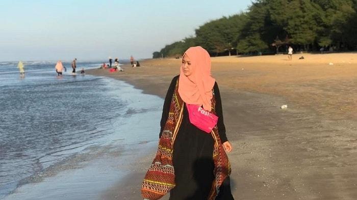 Salah satu pengunjung mengambil gambar di Pantai Lombang Sumenep Madura